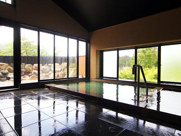 大きな窓の外に四季折々の風景が楽しめる100%天然温泉♪