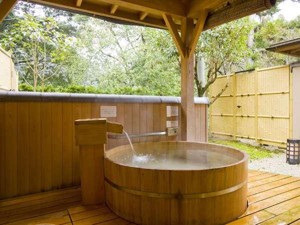 「月の章」の露天風呂。ぽってりと可愛らしい形はカップルにおすすめ。