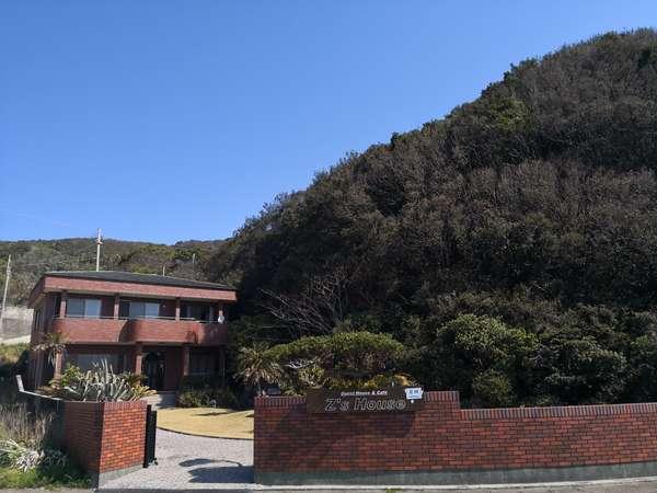 Z'sHouse正面レンガ色の塀と建物が目印