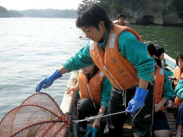 かごを使いカニ、アナゴ、を漁獲するかご漁体験