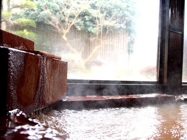 沢山のミネラルを含んでいるので、お湯の色は飴色です。この飴色の温泉がお肌にも体調改善にも抜群!