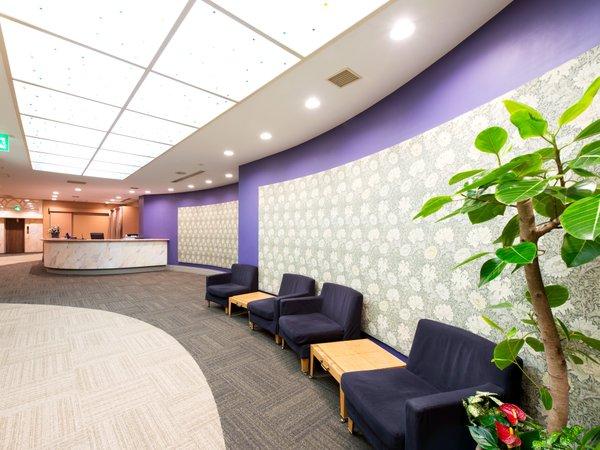 【フロントロビー】円柱状にデザインされたスペース。お困りごとは24時間常駐のフロントデスクへ。