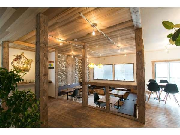 【リビングルーム】明るく開放的なリビングルームです。