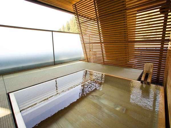【露天風呂】最上階にある露天風呂。湯涌の山並みをお楽しみ頂けます。