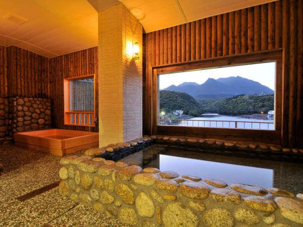 【1F 川見風呂】木のぬくもりと屋久島の石で囲われた「川見風呂」