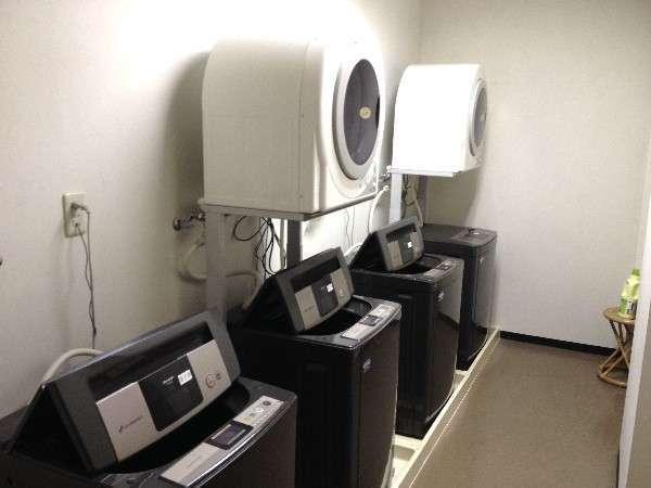ランドリーコーナー(洗濯機4台乾燥機2台有ります。)