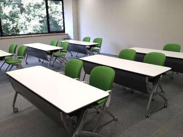 中研修室(20~30名対応の中研修室2部屋ございます。)