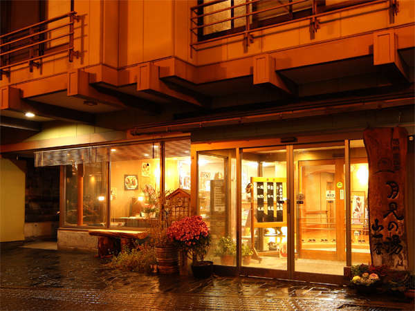 『月見の湯 山一屋』外観です。渋温泉のメインストリートに面し、温泉街の風情を体感頂ける旅館です。