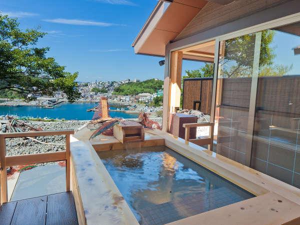 舟型露天風呂は肌に優しい高野槙の木材を使用しています。