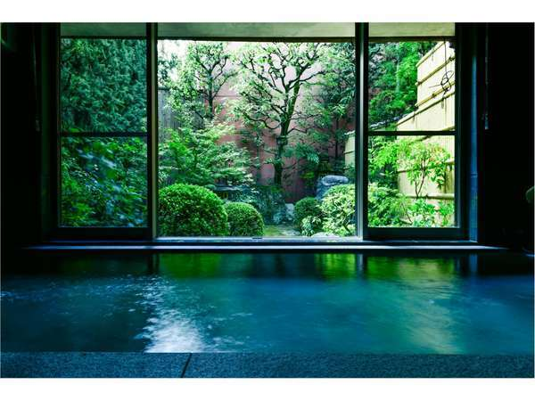 お庭を眺めながらゆっくり過ごせる大浴場(朝・夜)