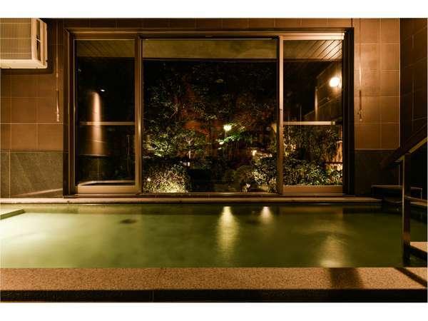 ライトアップされたお庭を眺めながら入浴は癒しのひととき♪(夜)