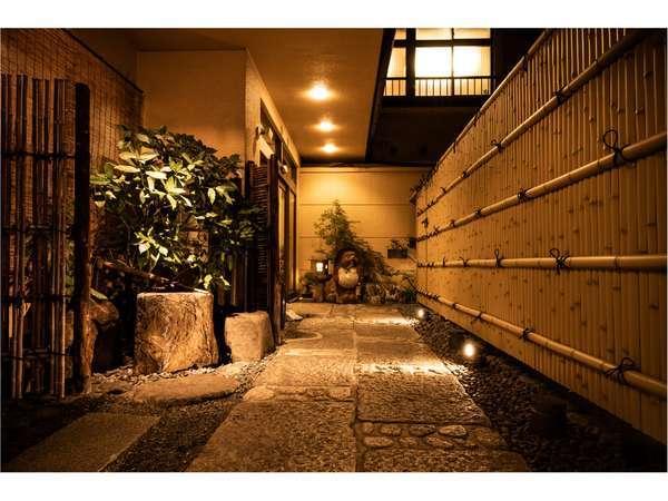 烏丸通から一歩入れば、情緒あふれた京都のお宿へ。