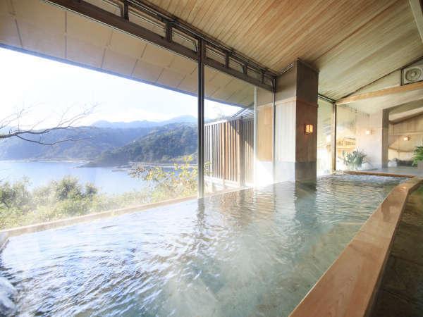 檜と十和田石とで構成された内湯
