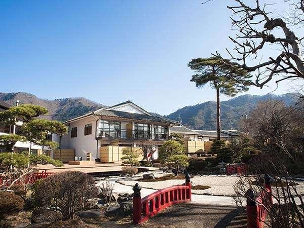 日本庭園~シンボルとなる高さ数十メートルの赤松や穏やかに流れる水路