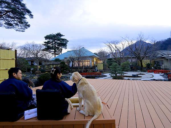 庭園を眺め足湯で旅の疲れを癒やす~2,700坪広大な敷地の中心にある日本庭園~