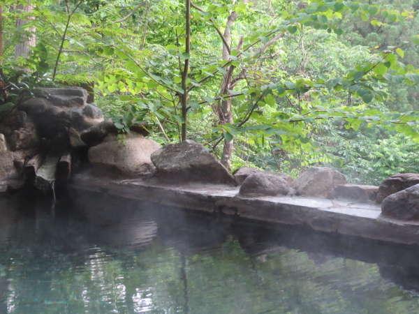 四角い露天風呂は半分に屋根があって雨の日も心配なし