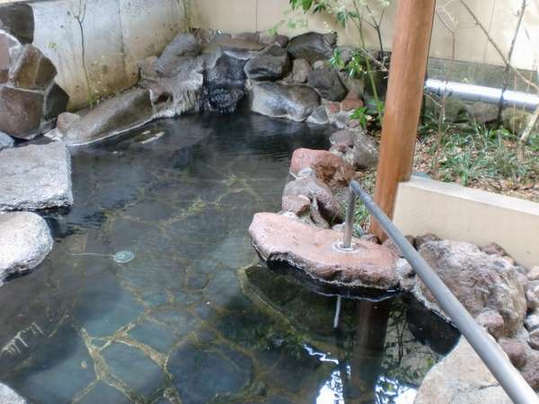 「杉の間」客室露天風呂。手すりが付いており、足の不自由な方にも安心です。
