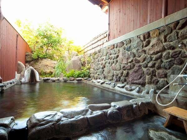 貸切露天風呂「もみじの湯」伸びすぎたクスノキを剪定して、すっきり景色が眺めやすくなりました。