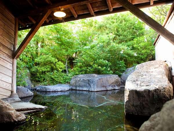 大浴場女湯露天風呂。湯面に新緑が映りこみ幻想的です。