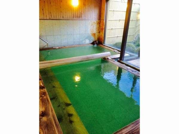 【温泉/大浴場】その日によって温泉の色が変わります。撮影時は夕方で濃いグリーン色。