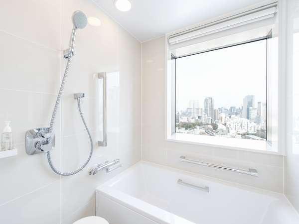 【バスルーム】ツインにはバスタブを設置。洗面・トイレは別になっているので、ゆっくりくつろげます。