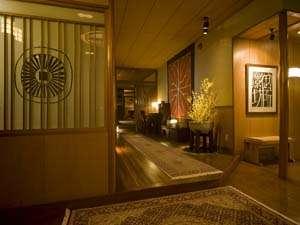 地元の松の木を使用した歴史を感じる玄関です。
