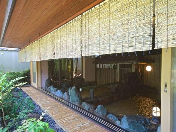 半混浴式の大浴場は、同じ空間を男女でも楽しんで欲しいと当代金井四郎兵衛の思いにより生まれました。