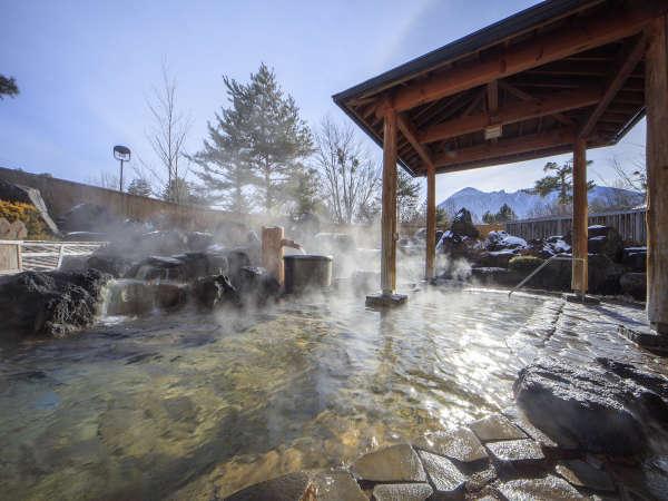 【大浴場岩露天風呂】露天風呂は岩造りの湯殿で、岩手山を望みながら贅沢な湯浴みを楽しむことができます。