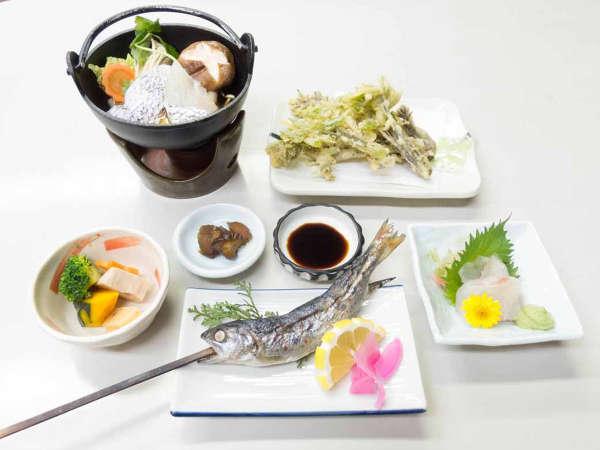 *【夕食一例】夕食はその時々の旬の食材を使った日替わりの和定食をご用意致します。