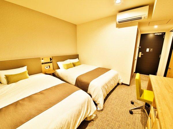 ツインルームはベッド幅120cmと幅140cmのシモンズベッドを導入
