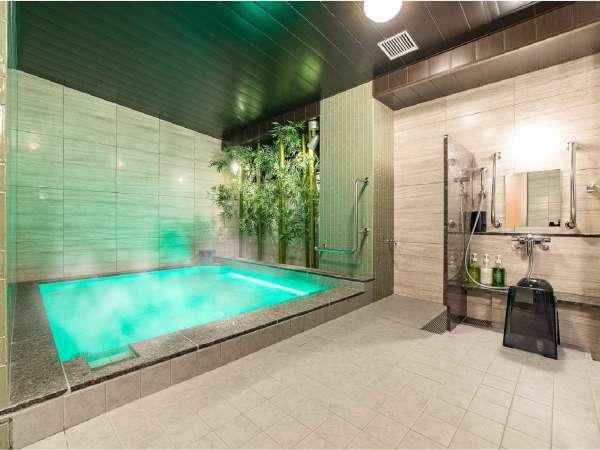 男性浴場☆竹林に囲まれたブラウンを基調とした浴槽は、落ち着いた空間を作り出しています。
