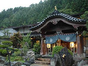 奥飛騨の大自然のなかにたたずむ、風格ある建築