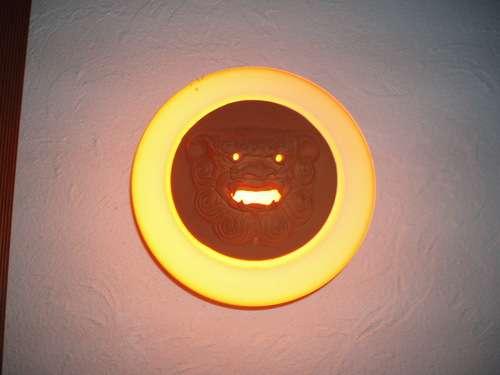 夜はオレンジ光のシーサーが目印です。
