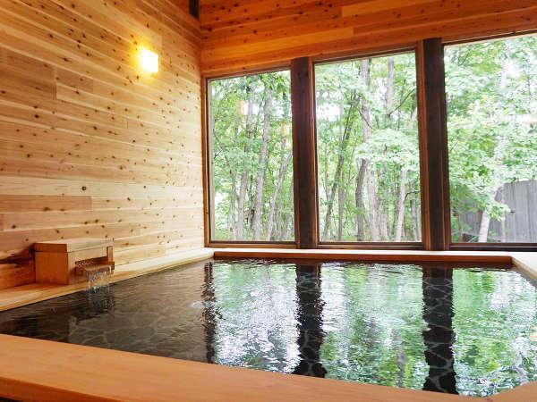 森の中にある、広々とした大浴場です。