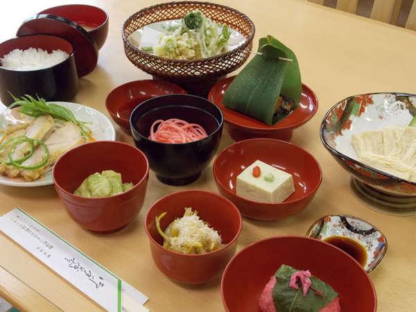 *旬彩会席一例。板長オススメ!柳津の季節の味覚をお楽しみください。