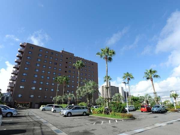 100台収容の広々平面駐車場(ご宿泊のお客様は1泊1台\700でご利用頂けます)