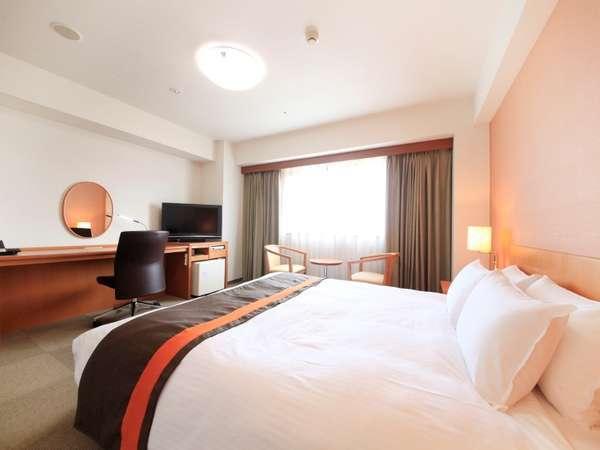 【デラックスダブルルーム】28平米のお部屋に、クイーンサイズのベッドで広々!