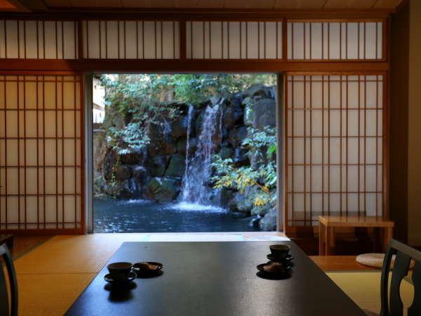 ◇【清流閣・行雲閣】中庭を望むお部屋からは、滝の流れる池をご覧いただけます。