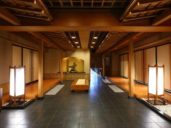 ◇大広間前。左右から広間の屋根がのびる、印象的な空間。