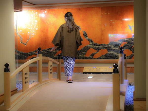 ◇太鼓橋を渡り、館内湯巡りへ。