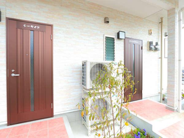 右側ドアが1Fシーサイド、左側ドアが2Fオーシャンビューとなっております
