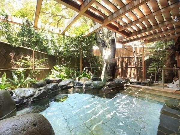 <露天風呂やんも>pH8.6の良質温泉で開放感のある露天風呂男性女性とも広い露天風呂あり