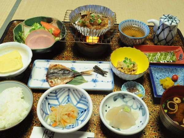 ◆朝食一例。自慢の朴葉味噌など、旅館ならではの和定食。