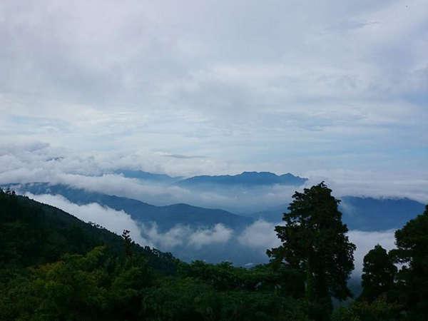 *【雲海と周りの山々】延岡市内を幻想的に雲海が覆います