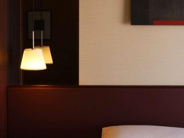 「照明とアートワーク」西洋と東洋の特色が融合し黒と白、木目を基調とした温かみのある客室へようこそ。