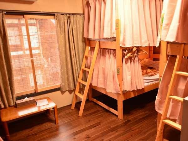 2段ベッド(最大6名)全てのベッドにコンセント、読書灯、ハンガー、カーテンがあります。