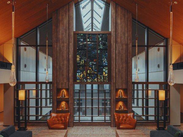 落ち着いた空間が広がるロビーには、スカルプチャードグラスが飾られています。