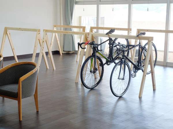 ロビー。ヒノキ製の自転車ラックも完備!