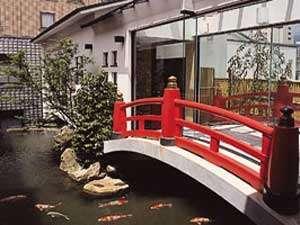 中庭にある鯉が泳ぐ池にかかる太鼓橋