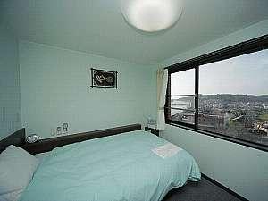 【シングルルーム】は1400mm幅のセミダブルベッド!2名様でご利用頂けるプランもございます。